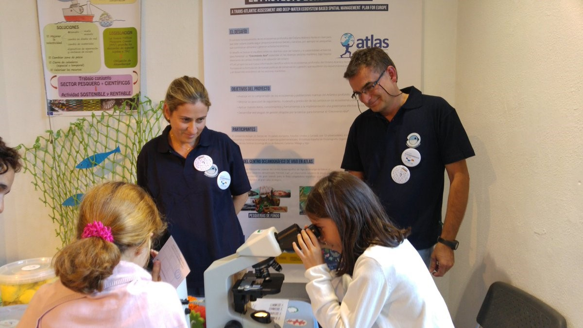 Visitors to the ATLAS stand at the European Researchers' Night, Vigo, 2018 © IEO